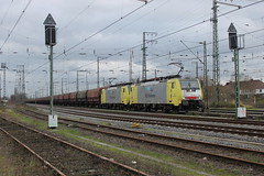 E-loc 189 202-5 en 189 203-3(Emmerich 21-12-2015) (Ronnie Venhorst) Tags: road railroad holland building sport architecture yard train canon deutschland eos rebel track outdoor d siemens eisenbahn rail railway zug bahnhof cargo structure 64 railwaystation freeway infrastructure vehicle locomotive loc mm t3 es bahn railways f4 202 trein 203 spoor logistics duitsland 1100 189 spoorwegen lok treinen ers 2033 spoorweg nederlandse 2015 emmerich elok 1435 eloc mrce lte emmerik br189 dispolok 1100d materieel kolentrein containertrein ersr zelflosser ddispo eos1100d spoormaterieel eos1100 boboel
