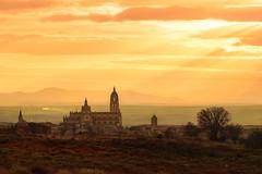 Atardece sobre la Catedral de Santa Mara de Segovia (The Pumpkin Theory) Tags: sunset sky espaa orange luz clouds atardecer lights twilight spain warm europa europe cathedral horizon ngc catedral hills cielo segovia nubes horizonte crepsculo rayos godrays colinas castillaylen estepa
