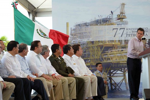 """El gobernador Javier Duarte asistió a la Ceremonia Conmemorativa del 77 Aniversario de la Expropiación Petrolera y presentación de la Plataforma de Perforación """"Yunuen""""."""