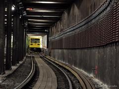 Nachts im U-Bahn-Tunnel (Sockenhummel) Tags: berlin train underground fuji tube zug tunnel finepix ubahn fujifilm gleise x20 schienen tunnelführung fujix20 ubhfdeutscheoper