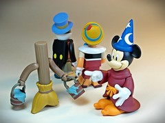 Kubrick  Disney Characters 2 Pack Series  Pinocchio Set & Fantasia Set  A Broom & Mickey The Soucerers Apprentice (My Toy Museum) Tags: mouse kubrick mikey disney cricket fantasia stick characters walt pinocchio broom jiminy