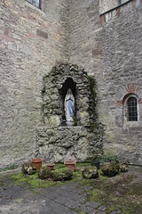 Statue of Mary in a Lourdes grotto in Zell am Main (Bjrn S...) Tags: statue bayern bavaria maria mary franconia franken zell baviera franconie lourdesgrotto bavire lourdesgrotte zellammain zellamain