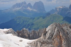 Groupe du Sassolungo (3181 m) à gauche et groupe du Sella (3152 m) à droite, Marmolada, Canazei, Val di Fassa, province de Trente, Trentin-Haut Adige, Italie. (byb64) Tags: italien summer italy mountain mountains alps alpes landscape europa europe italia estate view sommer eu paisaje unescoworldheritagesite unesco verano vista alpen été paysage landschaft alpi veduta funivia vue sella italie paesaggio dolomites dolomiti ue monti montanas montagnes canazei marmolada aerialtramway montes dolomiten téléphérique malgaciapela langkofel valdifassa sassolungo patrimoinemondial trentinoaltoadige pendelbahn provinciaditrento puntaroca fassatal trentinhautadige trentinosüdtirol serauta trentinsüdtirol provincedetrente
