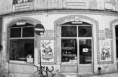 Fachada de Lisboa (John LaMotte) Tags: fachada fenêtre puerta portugal door bw blackwhite pretoebranco infinitexposure monocromo blancoynegro ilustrarportugal