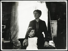 Archiv E077 Mutter und Tochter, 1920er (Hans-Michael Tappen) Tags: 1920s daughter mother indoor mutter tochter kleidung schrze 1920er archivhansmichaeltappen