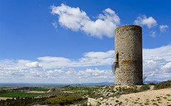 El guaita sobre l'Urgell / A tower above the plain (SBA73) Tags: tower landscape faro torre catalonia medieval catalunya turm beacon far phare middleages catalua guardia watchtower catalogna urgell katalonien catalogne ponent almenara    pilardalmenara
