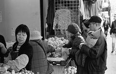 Shopping, Chinatown, SF (bclook) Tags: sanfrancisco street leica classic 50mm chinatown noiretblanc kodak trix d76 summicron schwarzweiss selfprocessed m6 400iso 502 filmisnotdead istillshootfilm bwfp