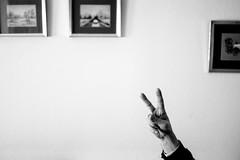 Una mano de solidaridad. (jj2284) Tags: white black peace space paz minimal negativespace negative solidarity minimalistic minimalista espacionegativo
