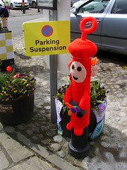 Knitted Po (Nekoglyph) Tags: flowers red car sign yellow cycling knitting character yorkshire tub po knitted carpark cobbles planter bollard thirsk teletubbies parkingsuspension yarnbombing tourdeyorkshire2016