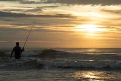 Pescando o mar (romanbulgarao) Tags: sunset summer sky costa sol praia beach paraná água azul boats mar agua do barco ar areia paisagem céu pôrdosol porto viagem nuvens vista beleza ao bela pesca litoral livre beiramar paraiso ondas pescador oceano nascer pescadores serenidade shangrilá
