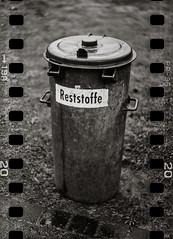 Waste (*altglas*) Tags: bw 120 6x6 film monochrome analog zeiss mediumformat garbagecan expired dustbin expiredfilm superikonta mlltonne fujineopan1600 tessar mittelformat residualwaste 53316 reststoffe