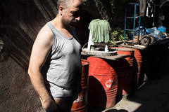 IST-1605 Man and barrels (rose.vandepitte) Tags: boy shadow red man colour turkey nikon barrels streetphotography istanbul d750 35mmlens