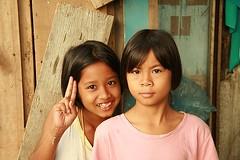 pretty girls send you peace (the foreign photographer - ) Tags: girls two sign portraits canon thailand kiss pretty peace bangkok khlong bangkhen thanon 400d