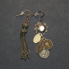 difference (fabrikarine) Tags: fleur vintage collier bijoux plastic boucle fou cuivre doreille
