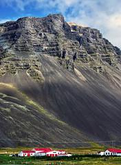 hfn mountains 2a (Bilderschreiber) Tags: houses red mountain rot berg island 1 iceland highway ringstrasse huser hfn hringvegur