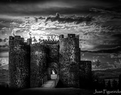 Castillo de Pearanda de Duero (Juan Figueirido) Tags: blackandwhite espaa castle blancoynegro spain burgos castillo castilla castillaylen pearandadeduero fz150 castillodepearanda castillodepearandadeduero panasonicfz150 juanfigueirido