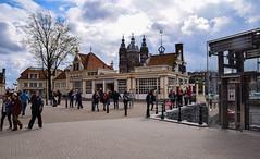 Street view - Amsterdam (Maria Eklind) Tags: street city holland netherlands amsterdam europe streetphoto nl centralstation streetview noordholland centraal cityview nederlnderna loetje