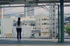 Mikage Station (JanneM) Tags: woman film japan canon kiss jan platform human kobe 400  35 kansai mikage hanshin platser janne   objekt kodakportra moren mnniskor