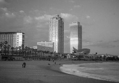 Barcelona - A la playa (nikonimaniac) Tags: barcelona march spain kodak nikonf100 150 rodinal 20c 2016 iso80 nikkor50mmf18d 10min expiredin1986 svema65