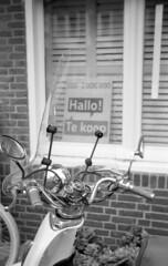 Hallo! Te koop (Arne Kuilman) Tags: house netherlands amsterdam sign 35mm forsale iso400 nederland rangefinder scooter huis agfa bord schneiderkreuznach apx400 tekoop adox radionar polomat1