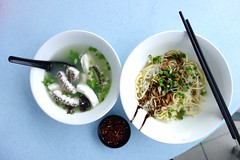 Breakfast in Malaysia (bellaphon) Tags: fish breakfast noodles congee redsnapper 粥 hongkee jalanipoh batu5 restoran88 猪油渣 tamankoklian breakfastinmalaysia hongkeeteochewseafood 鴻記潮洲海鮮麵 乾撈米粉麵 干捞米粉面 紅鰽 鴻記潮洲海鮮粥 johnssnapper 豬油渣 jalanbatuambar