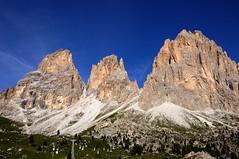 Sassolungo. Dolomiti (PacotePacote) Tags: mountain walking italia hiking montaa dolomiti dolomitas sassolungo