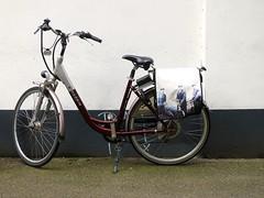 Fietstas - Treurnietsgang Deventer (FaceMePLS) Tags: bike bicycle nederland thenetherlands streetphotography deventer tweewieler straatfotografie facemepls canonpowershots100 elektrischefiets harbinebike