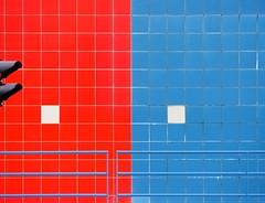 BouGONdiSCH. (Warmoezenier) Tags: haven building architecture blauw harbour zeeland rood wit vlissingen sluis gebouw walcheren tegels stoplicht