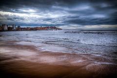 Mira Alrededor (Look Around) (Dibus y Deabus) Tags: sea sky españa beach clouds canon mar spain gijón asturias playa cielo nubes tamron gijon hdr 6d playadesanlorenzo