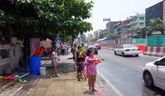 ready for songkran action (the foreign photographer - ) Tags: road new water children thailand bangkok sony year mai thai guns squirt songkran sapan bangkhen rx100 phahoyolthin dscapr132016