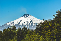 Entre canbales (cmenesese) Tags: chile travel lake nature landscape volcano ray scene villarrica lican