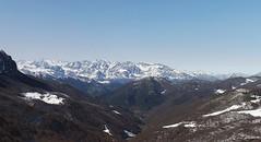 Panormica  con Picos de Europa  al fondo, desde lo alto del puerto. (Lumiago) Tags: espaa naturaleza spain nieve paisaje montaa palencia castillaylen esenciadelanaturaleza puertodepiedrasluengas