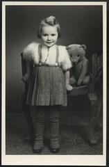 Archiv E043 Mdchenportrt, 1930er (Hans-Michael Tappen) Tags: portrait girl outfit child teddy portrt frisur kind mdchen accessoires teddybr haare kleidung atelierphoto faltenrock atelierfoto archivhansmichaeltappen flokatijckchen