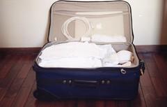 preparando a mala / branco (belisamurta) Tags: white film analog analgica epson filme suitcase yashica mala analgico fxd v370
