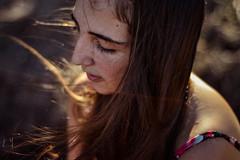Es mejor ser el viento (Luna del alba) Tags: del mujer alba viento luna niña garcia juliana fotografia cabello joven piensa pecas pensativa enamorada pequitas penando