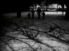 Secrets de famille (JEAN PAUL TALIMI) Tags: paris texture solitude noir noiretblanc invalides rue nuit iledefrance ville vieux ecolemilitaire silouettes ombres touristes fantomes exterieur familles talimi