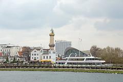 Rostock-Warnemnde - Kleine Hafenrundfahrt, Blick auf Leuchtturm, Teepott und Hotel Neptun (www.nbfotos.de) Tags: lighthouse hotel warnemnde hafen hafenrundfahrt rostock leuchtturm mecklenburgvorpommern neptun teepott