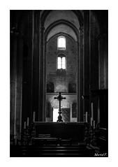 Au centre trnait une croix (Martial F.) Tags: blackandwhite monochrome noiretblanc cathdrale monochrom provence arles bouchesdurhone sainttrophme