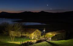 Nanclares de Ganboa (Alfredo.Ruiz) Tags: moon night sunrise canon noche spain pantano luna amanecer alava oldvillage eos6d ef24105 nanclaresdeganboa