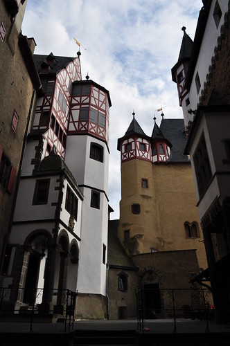 Cour intérieure, château d'Eltz, Wierschem, massif de l'Eifel, Rhénanie-Palatinat, Allemagne.