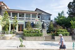 Albanie, contrastes (30) (clodyus) Tags: statue albania estatua statua fier albanie shqipri  fierdistrict roskoveci roskovec
