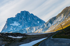 Il Gran Sasso . The Gran Sasso (antoninao) Tags: verde canon orlando strada nuvole giallo cielo montagna bianco abruzzo antonina campoimperatore 5dmarkiii campoimperatore2