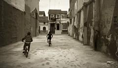 (toni jara) Tags: valencia carretera decay bikes nios desolation cabanyal cabaal acera pobreza callejn monocromtico pobladosmartimos