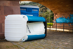 Frankfurt am Main: Umkgekippte Mobile Toilette (kevin.hackert) Tags: defekt hessen frankfurt main toilette frankfurtammain metropole ffm dixi 069 rheinmain umgekippt liegend mobiletoilette