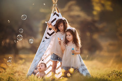 There's magic in the air (Willie Kers Gwynn) Tags: apeldoorn gelderland nederland photographer williekers daglicht fotograaf fotografie naturallight naturallightchildphotographer natuurlijklicht portraitphotographer portraiture portretfotograaf workshopphotograpy tipi childhood bubbles siblings sisters little baby sony a7riii sigma fineart childportraiture nature sunflare haze sunset magic goldenhour netherlands hogeveluwe
