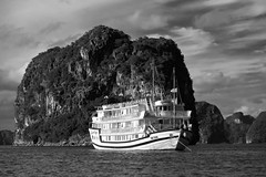 Cruise Ship in Halong Bay (Mondmann) Tags: vietnam halongbay hạlongbay quangninhprovince unescoworldheritagesite limestone islands asia southeastasia bay water cruiseship ship boat vessel contrast clouds travel mondmann fujifilmxt10 landscape monochrome blackandwhite bw pb
