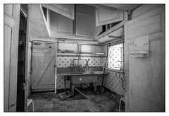 Urbex (Laetitia.p_lyon) Tags: fujifilmxt2 urbex château castle castel castell markus noiretblanc nb blackandwhite bnw bw monochromatic monochrome cuisine kitchen