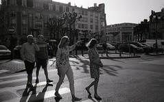 Reims - Mai 2018 (Maestr!0_0!) Tags: noir blanc black white rue people street fuji acros neopan leica m7 reims film pellicule