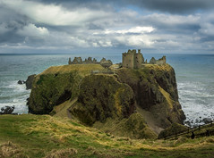 Dunnotar Castle (Tom Neumann) Tags: a6000 sony 16mm castle dunnottar scotland mar cielo sky sea fortaleza fortress escocia panorama landscape viaje travel ruins ruinas nubes clouds arquitectura architecture grass hierba