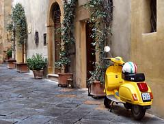 Pienza (Jolivillage) Tags: jolivillage village borgo pueblo pienza toscane tuscany toscana italie italia italy europe europa old picturesque geotagged scooter rue street ruelle strada jaune yellow gialla fabuleuse